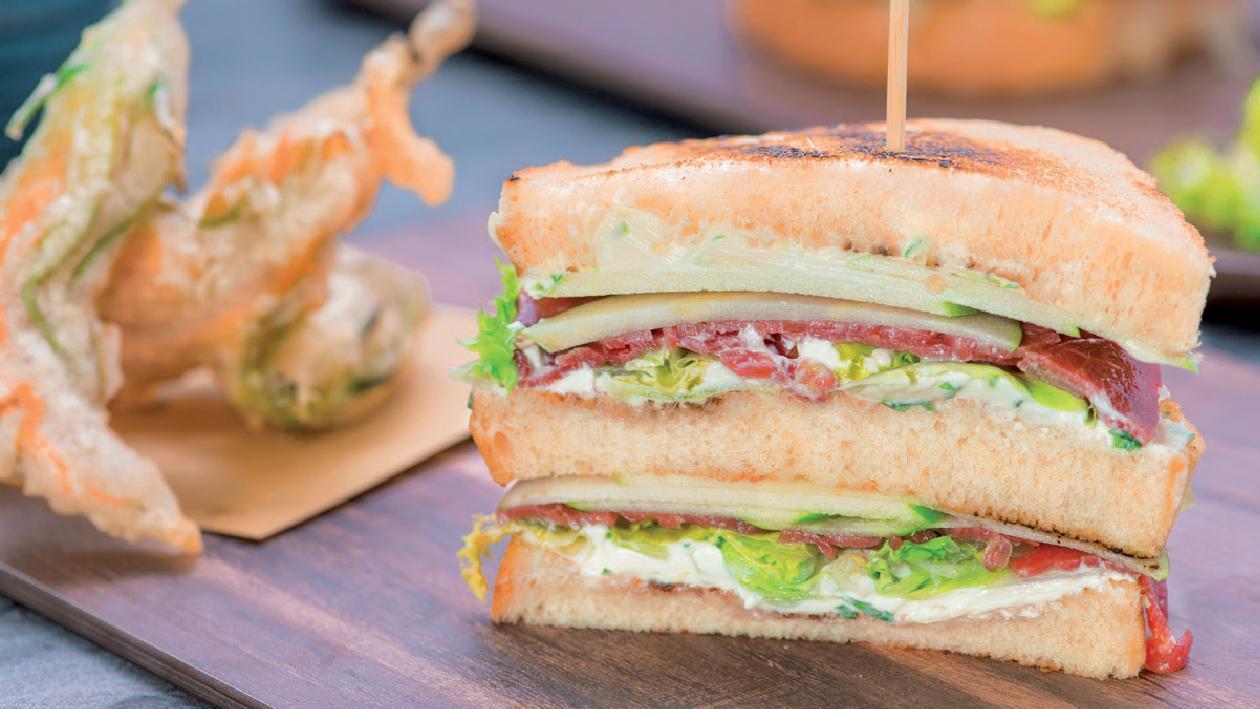 Club sandwich di carpaccio di manzo con mela verde, sedano e Cream Cheese al lime e basilico – Ricetta