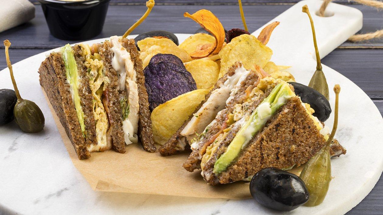 Club Sandwich di pollo con bacon, uova strapazzate, avocado e maionese alla cipolla – Ricetta
