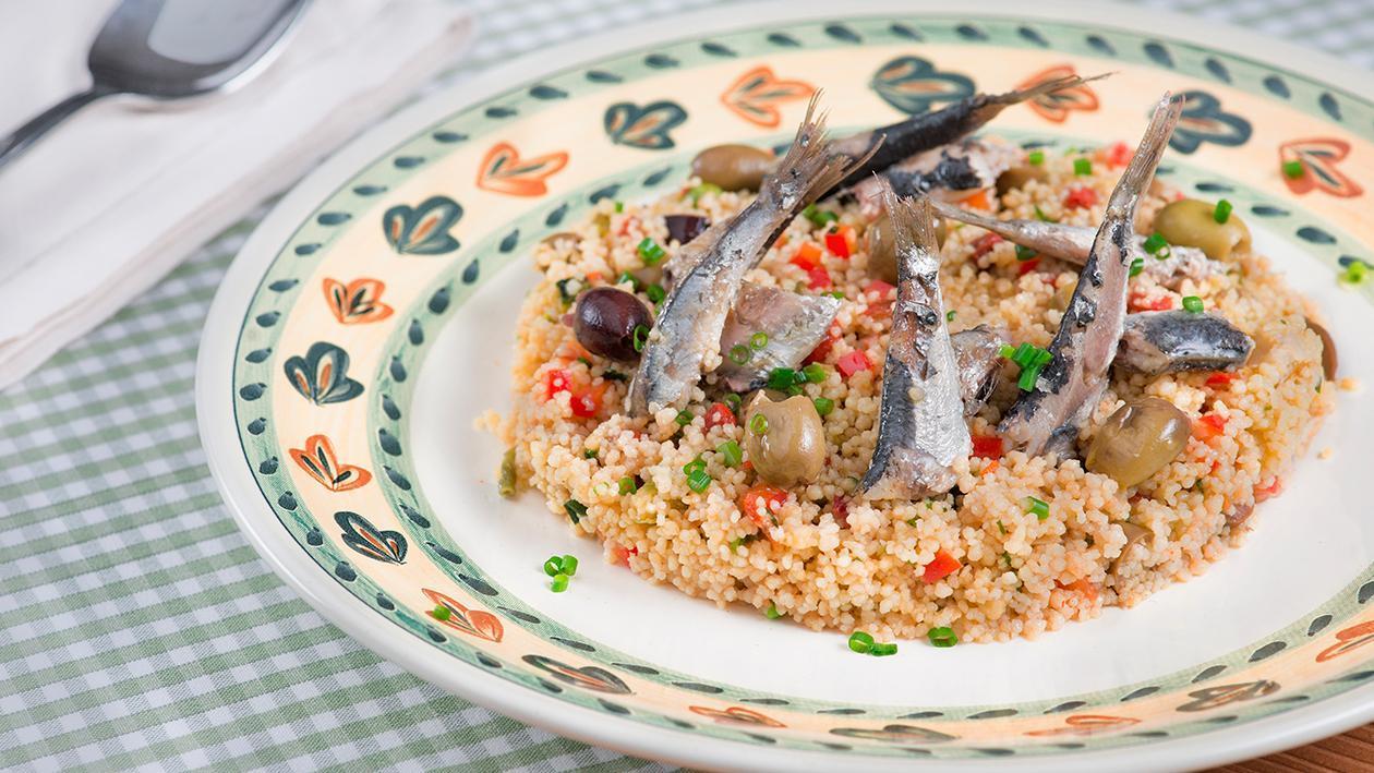 Cous Cous con olive leccine, alici confit ed erba cipollina – Ricetta