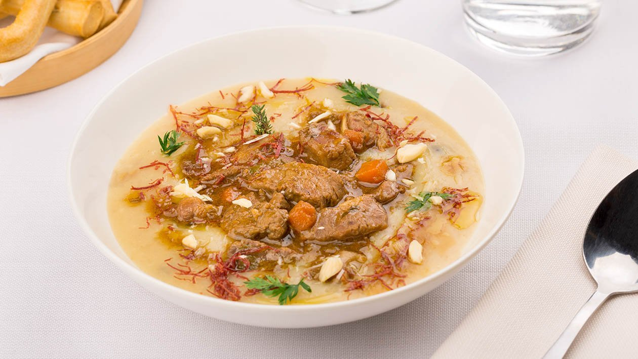 Crema di funghi porcini con bocconcini di manzo, mandorle salate e sfilacci di carne – Ricetta