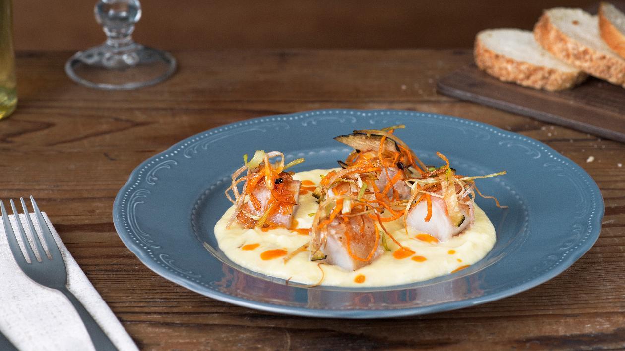 Crema di patate e porri con pescatrice lardellata e verdurine fritte – Ricetta
