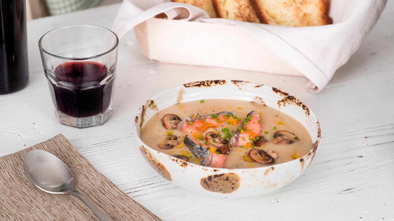 Crema di porcini con darne di salmone affumicato e cipollina – Ricetta