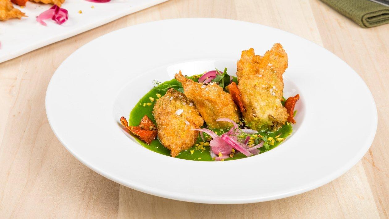 Crema di zucchine e mandorle con fiori di zucca croccanti – Ricetta
