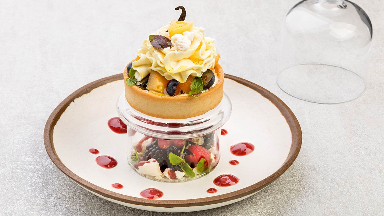 Crostatina alle mele cotogne cotte nella vaniglia con crema al tiramisù e marsala coulis ai frutti rossi e basilico – Ricetta