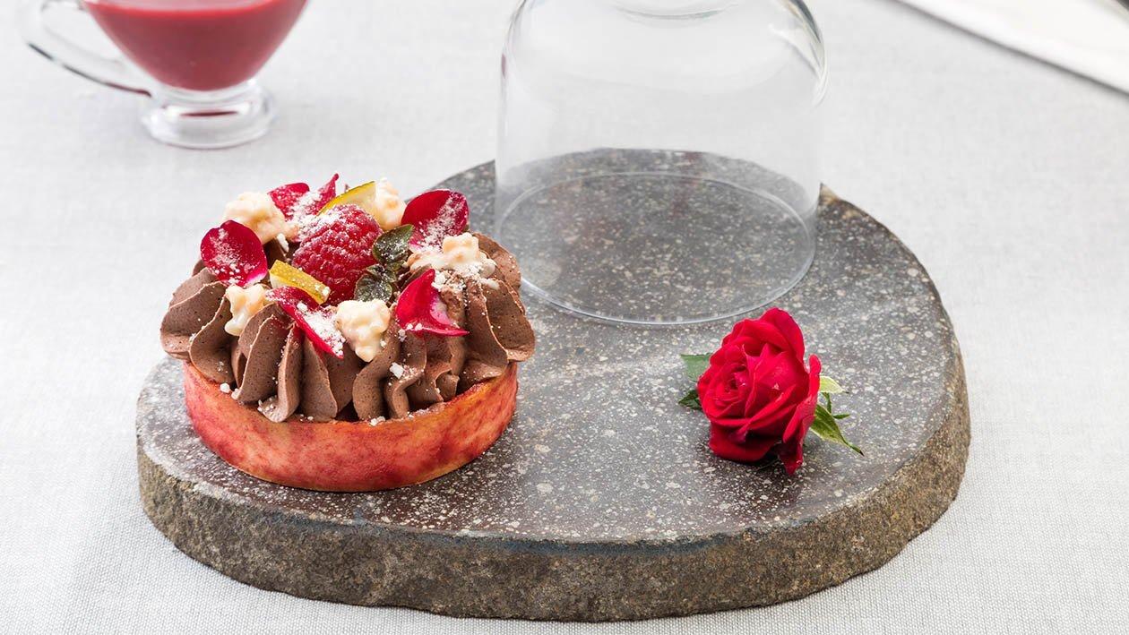 Crostatina con frolla al lampone con mousse al cioccolato fondente, crunchy al cioccolato bianco con riso soffiato e petali di rosa canditi – Ricetta