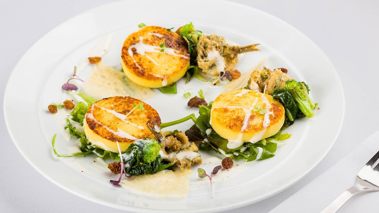 dischi di polenta e patate grigliati con fonduta di pecorino, friarielli e alici panate – Ricetta