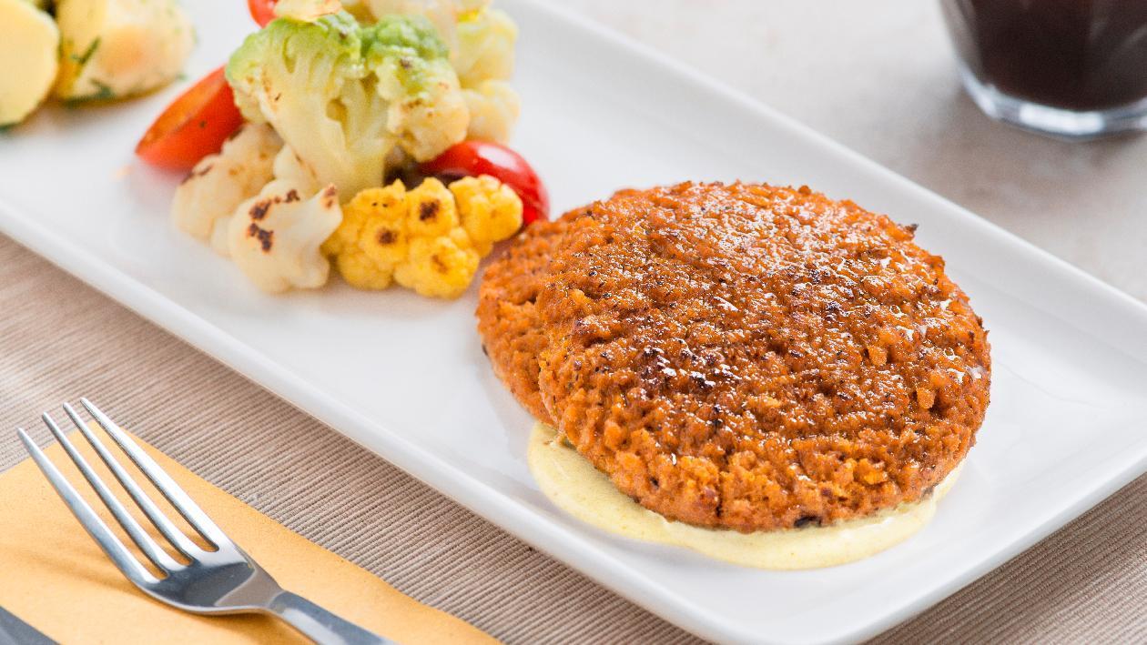 Doppio burger vegetale con patate, acciughe e broccoli in salsa Caesar – Ricetta