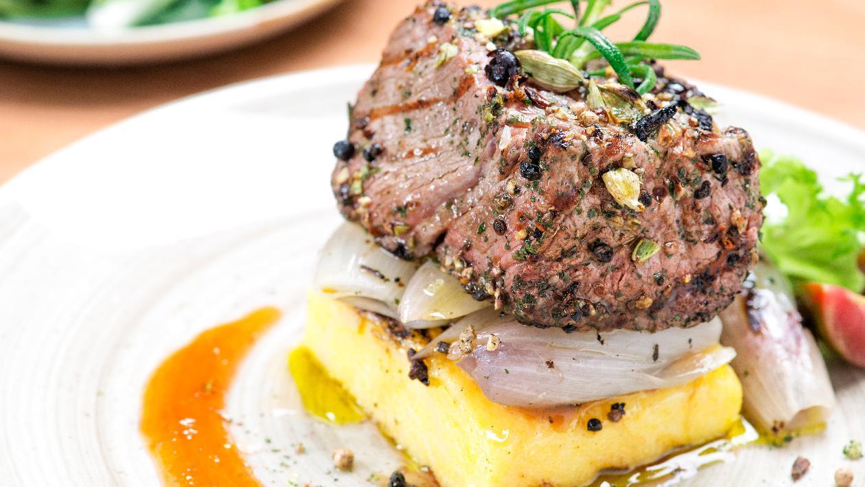 Filetto di manzo alle bacche con cipolla arrostita al rosmarino e polenta alla piastra – Ricetta