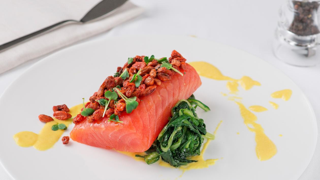 Filetto di salmone in crosta di bacche di goji con crema di datterino giallo e nido di cicorielle all'aglio – Ricetta