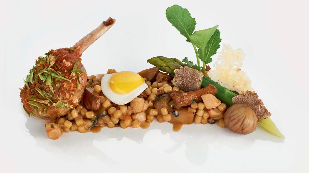 Fregola alla birra affumicata con faraona, zucca gialla e finferli mantecati al burro di bianchetti – Ricetta