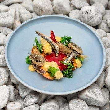 """Frittura di pesce - """"selezione"""" di pesci dell'Adriatico con maionese al curry e succo di pomodoro in agro-dolce alla rosa canina – Ricetta"""