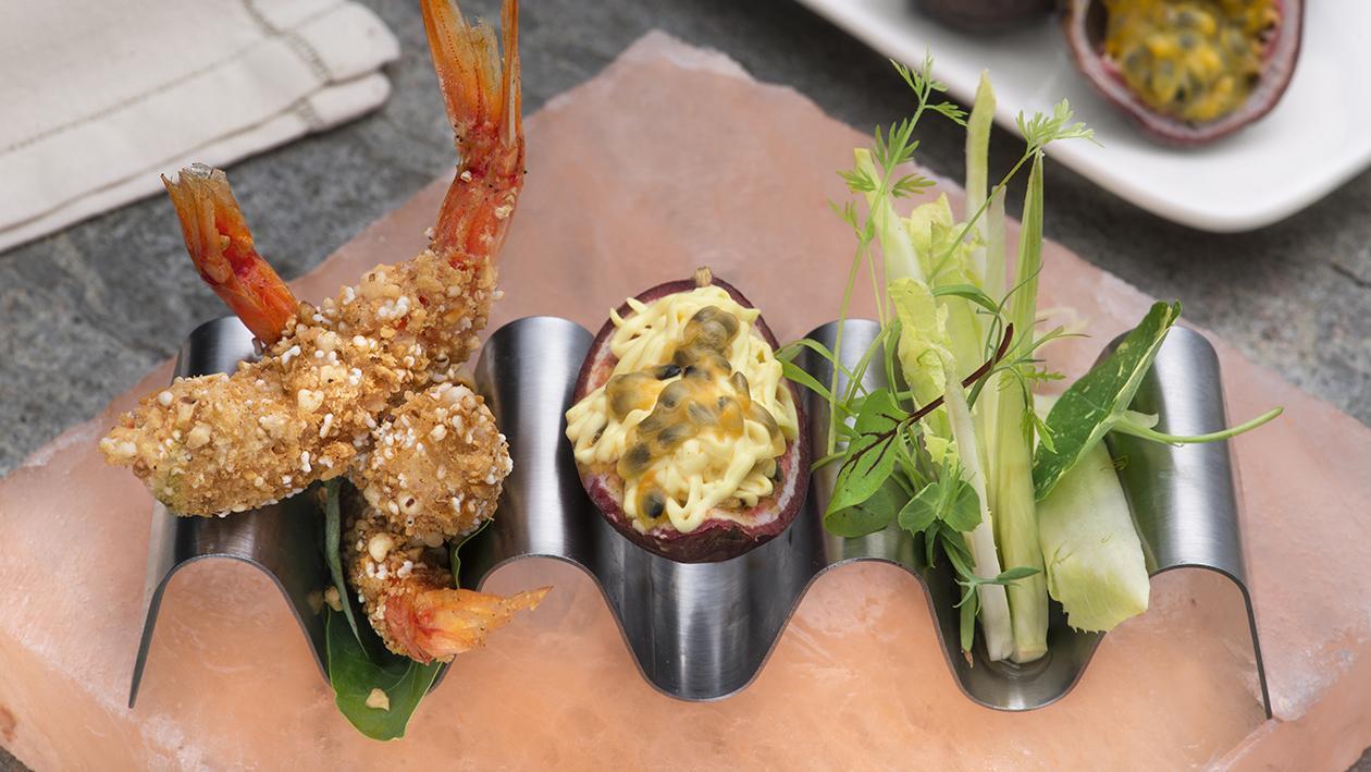 Gamberi crispy alle nocciole con intingolo al passion fruit e lattuga al basilico – Ricetta