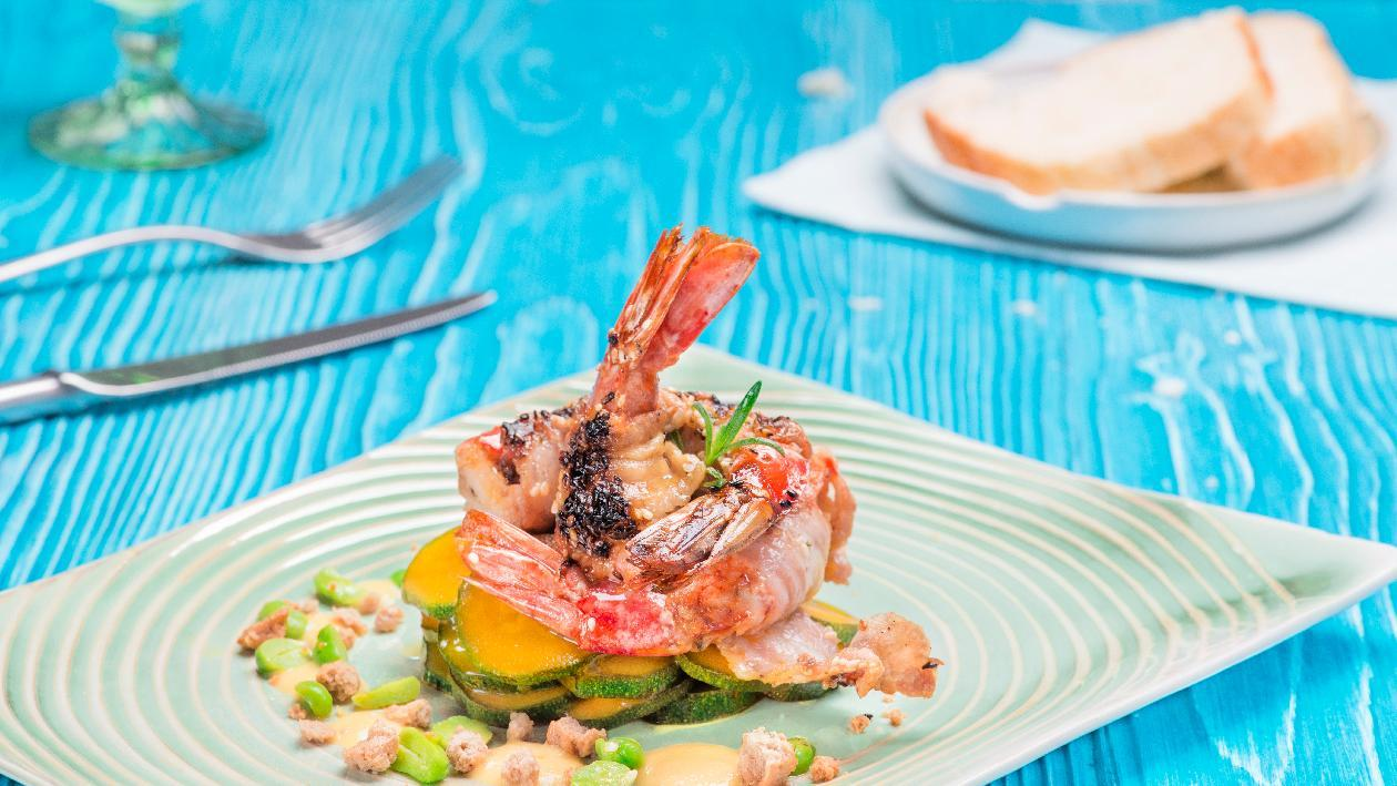 Gamberoni lardellati e marinati alla senape con zucchine alla curcuma e crema di mais arrostita – Ricetta