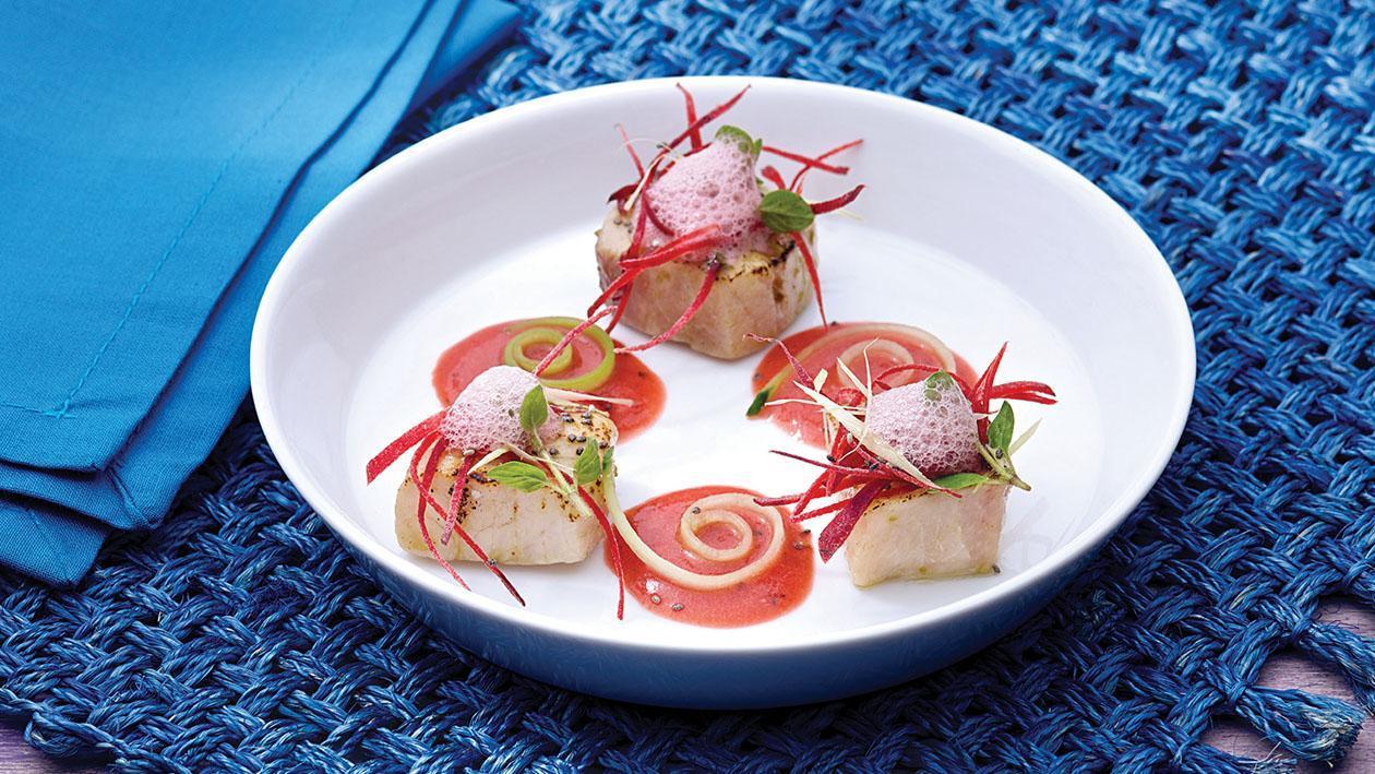 Gazpacho di anguria profumato al basilico con pesce spada bruciato al lemongrass – Ricetta