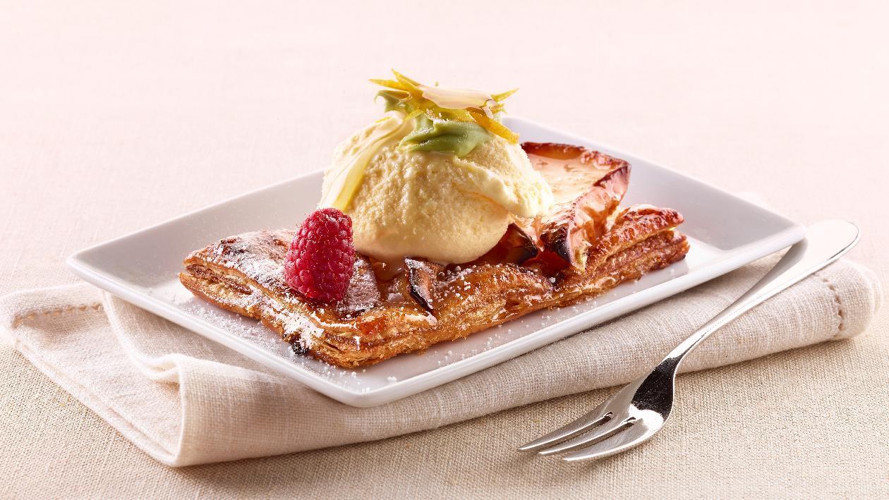 Gelato alla crema con ganache al pistacchio, arance candite e miele su tarte tatin – Ricetta