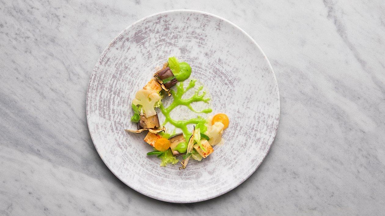 Giardinetto di melanzana viola arrostita al sesamo, tofu croccante, cavolfiore e crema verde allo yogurt – Ricetta