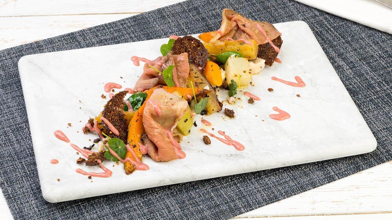 Girello cotto a bassa temperatura con patate Americane, Castelmagno, dressing ai frutti rossi con senape e miele – Ricetta