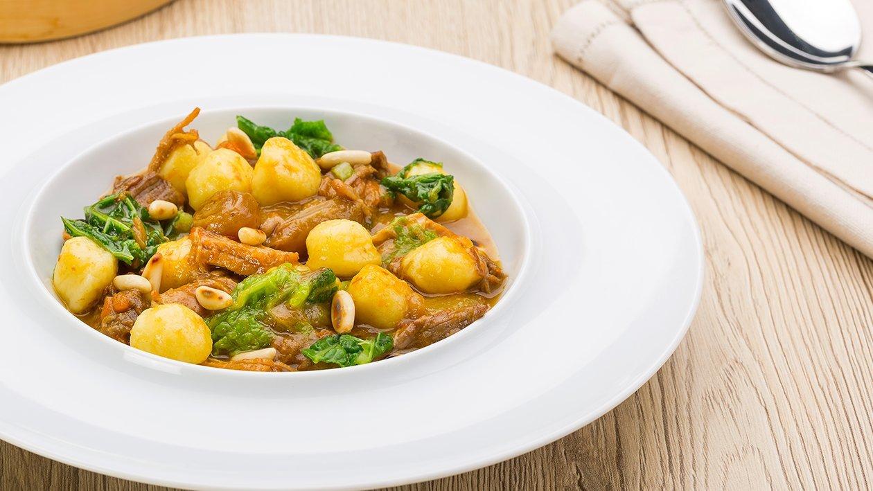 Gnocchetti di patate con stufato di manzo, cavolo verza e pinoli – Ricetta