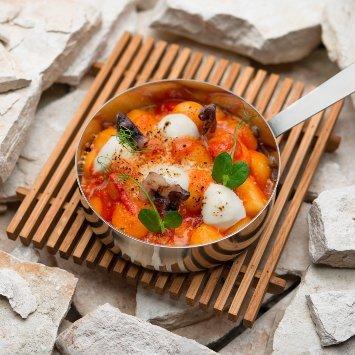 Gnocchi all'amatriciana - tegamino gratinato di gnocchi di patate alla robiola fondente, in salsa all'amatriciana con guanciale croccante al vino – Ricetta