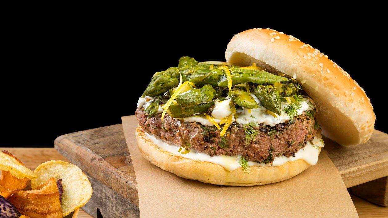 Hamburger di agnello con ricotta di pecora, finocchietto menta, asparagi verdi al limone e salsa caesar – Ricetta