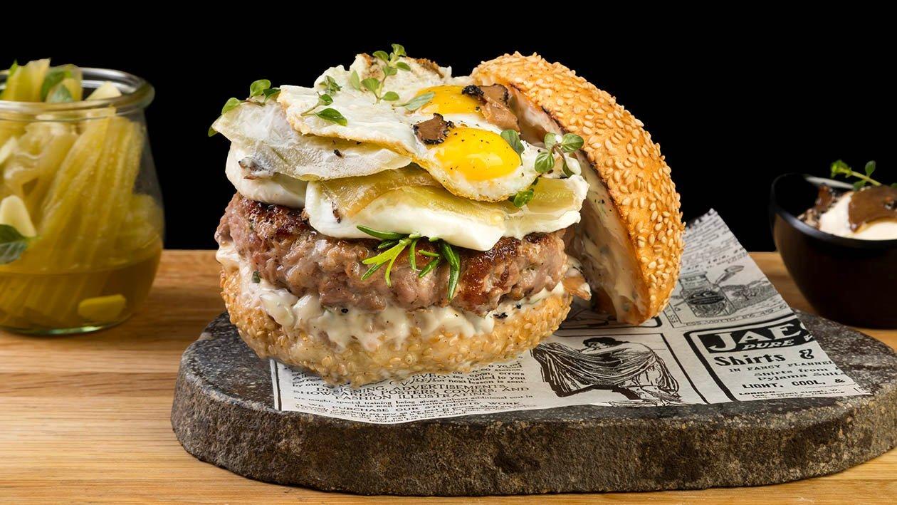 Hamburger di Fassona, mozzarella fior di latte, Cardi sott'olio, uova di quaglia e maionese al tartufo scorza nera – Ricetta