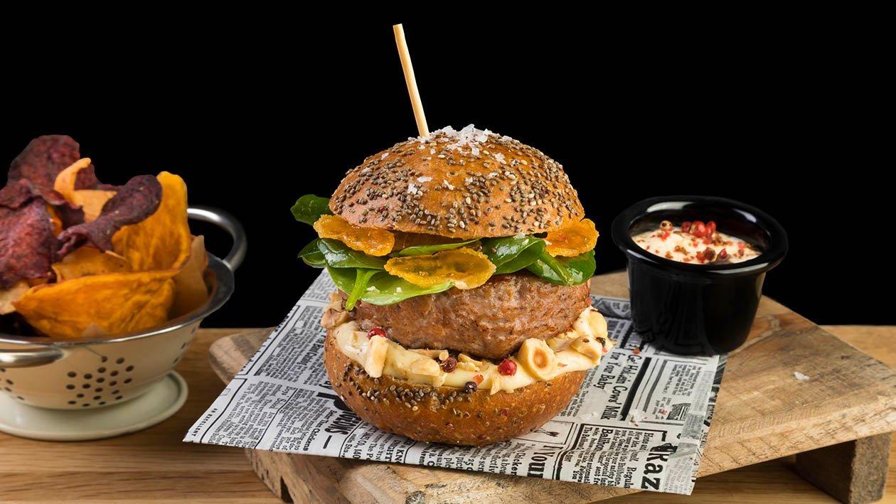 Hamburger di Manzo Danese con pane integrale, spinaci baby, nocciole tostate, tuorlo marinato e maionese al pepe rosa e senape – Ricetta