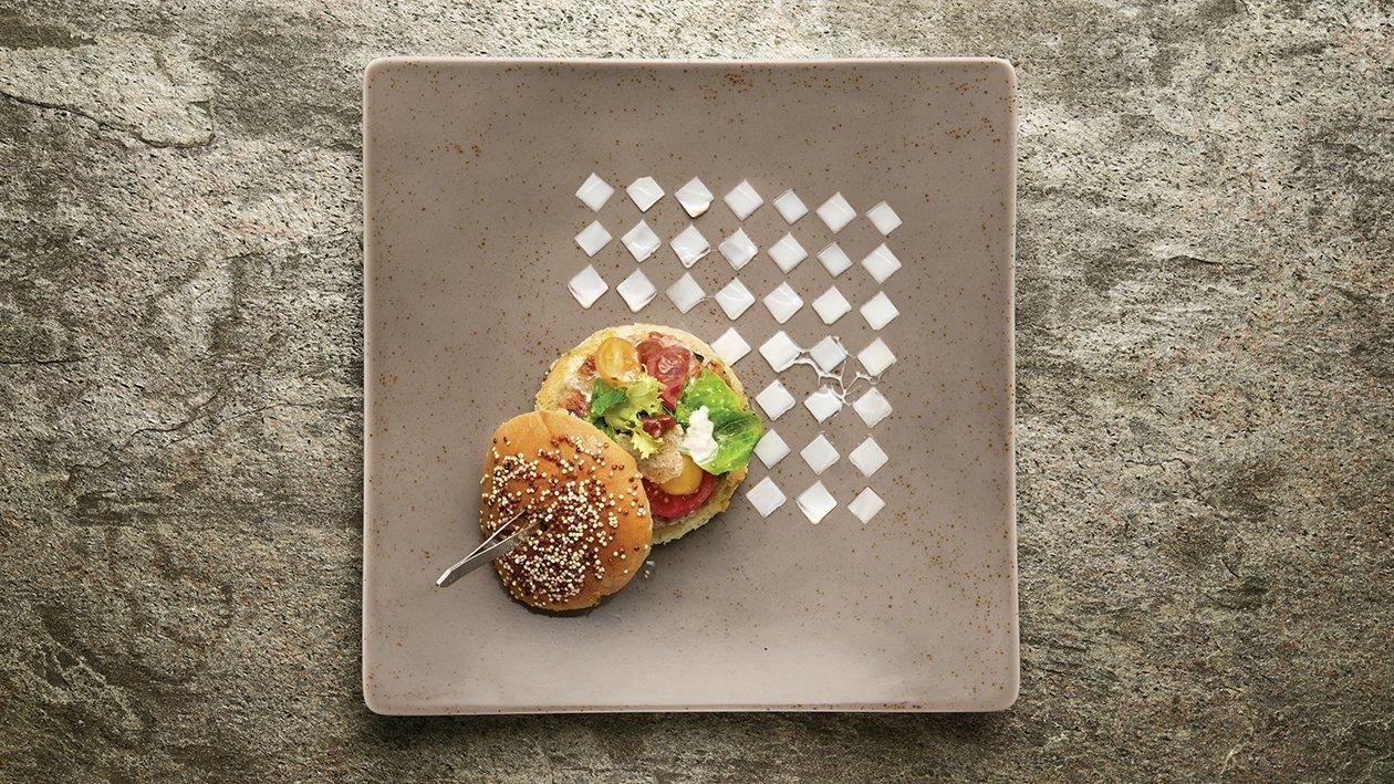 """Hamburger """"gourmet"""" di manzo al pomodoro secco con burrata, cime di rape e maionese all'aglio e senape – Ricetta"""