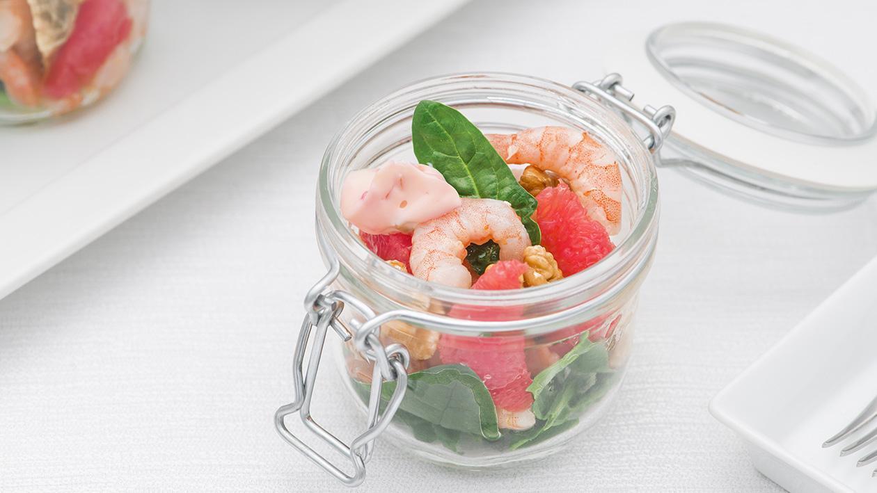 Insalata di gamberi con carciofi al basilico, foglie di spinaci, pompelmo rosa e noci – Ricetta