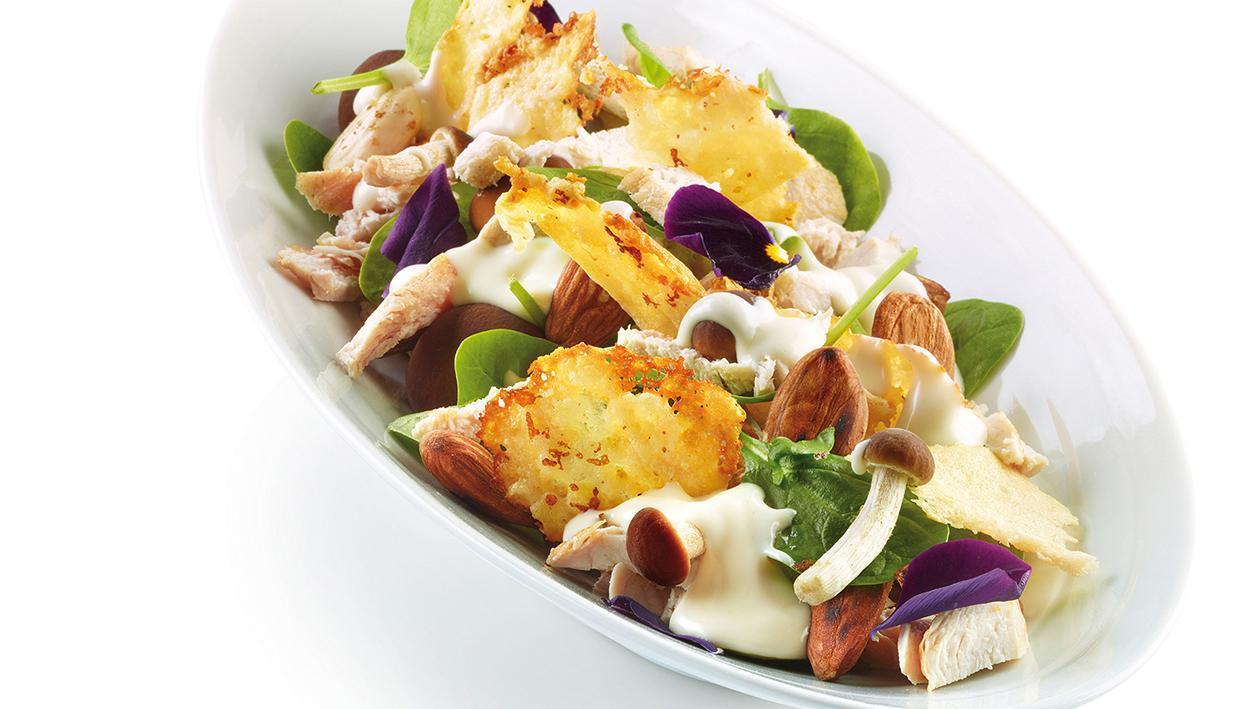 Insalata di pollo, funghi, spinaci, mandorle, cialda di parmigiano, con caesar dressing – Ricetta
