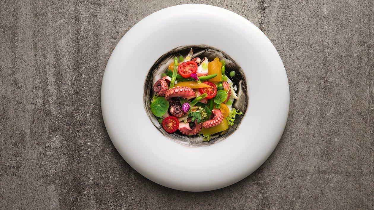 Insalata di polpo agli agrumi con indivia allo zafferano, fagiolini alla menta e maionese al nero di seppia – Ricetta