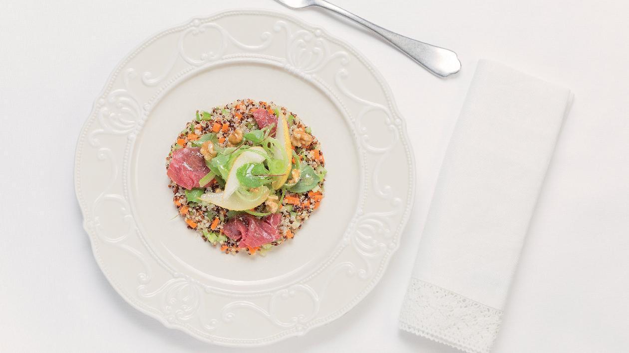 Insalata di Quinoa con pere, sedano e noci con carpaccio di carne salata – Ricetta