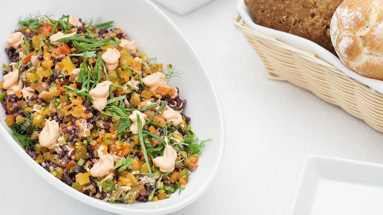 Insalata di riso nero con coriandoli di verdure, salmone affumicato e maionese al peperone arrosto – Ricetta