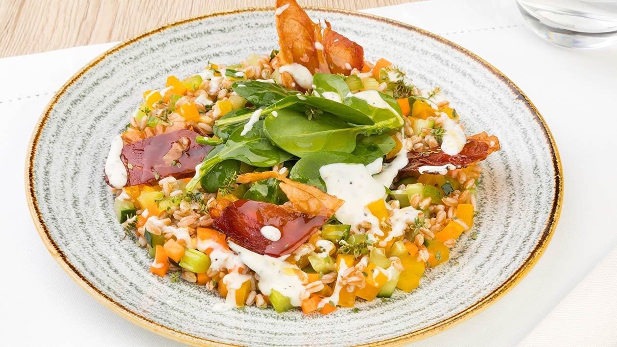 Insalatina di farro e verdure croccanti, spinaci con salsa al cacio e pepe, speck croccante e timo – Ricetta