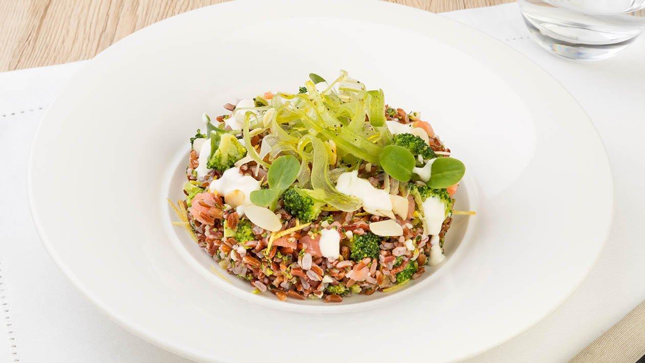 Insalatina di riso rosso con broccoli, mandorle, sedano riccio e salmone in salsa Caesar al limone – Ricetta
