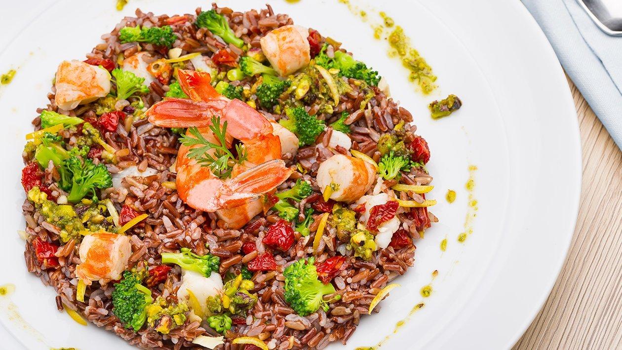 Insalatina di riso rosso con gamberi, broccoli, pomodori secchi, mandorle e pesto di pistacchi  – Ricetta