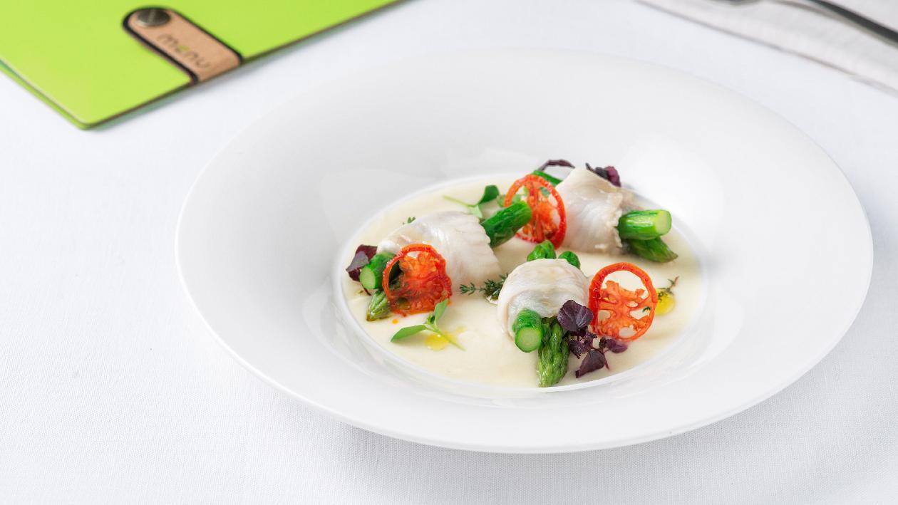 Involtini di sogliola a bassa temperatura con asparagi su crema di finocchi – Ricetta