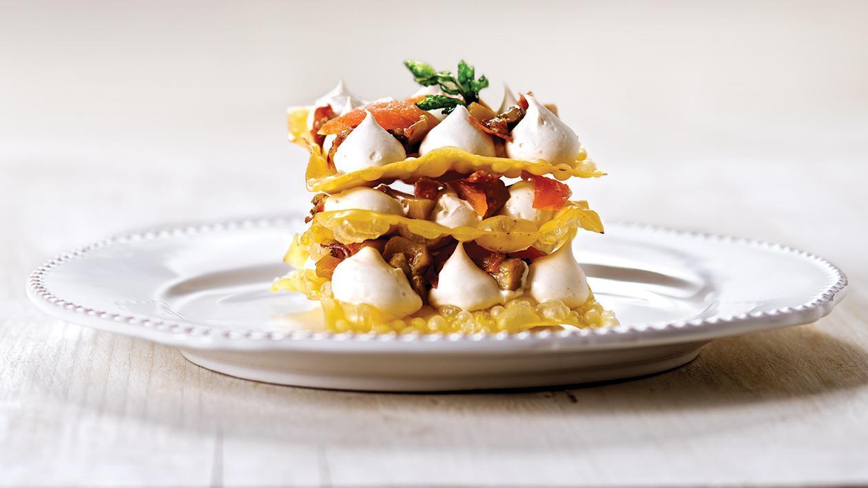 Lasagne con funghi porcini, vellutata di provola fumè e speck o pancetta arrotolata – Ricetta