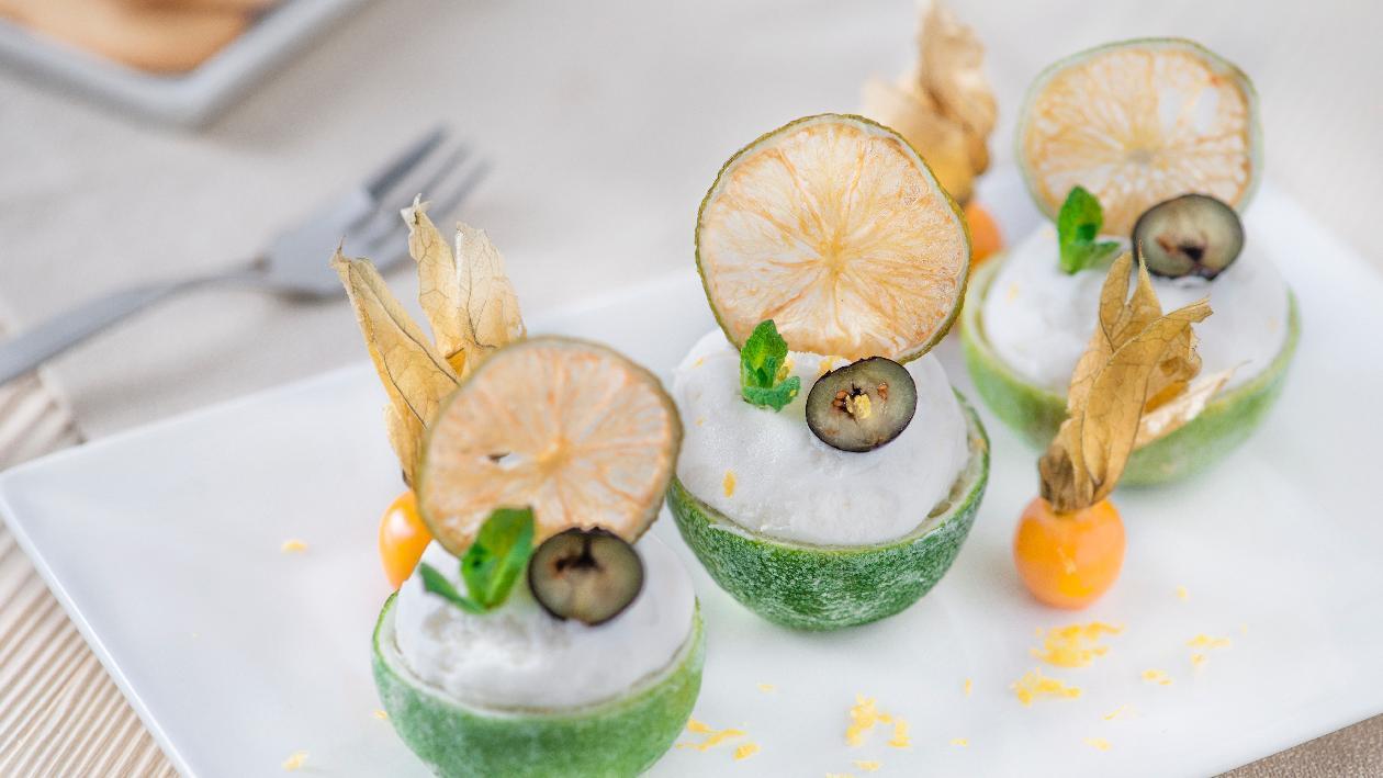 Lime farciti con mousse al limone, mirtilli e sfoglia candida di lime – Ricetta