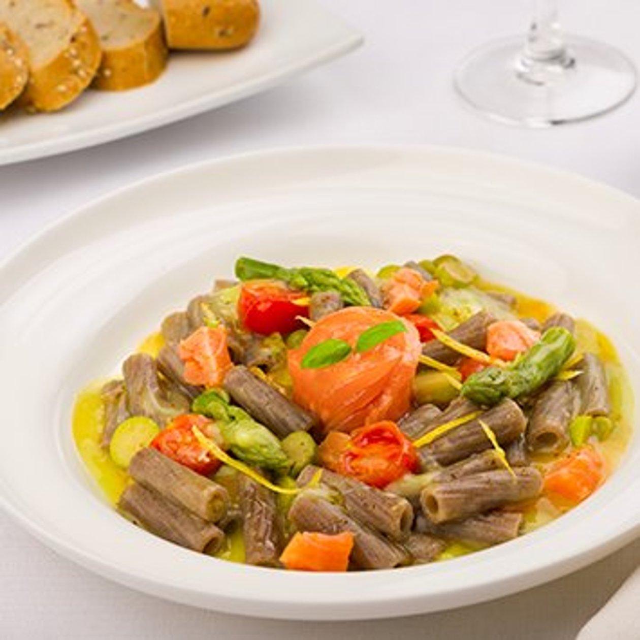 Maccheroncino con crema di asparagi con salmone arrostito e limone candito – Ricetta