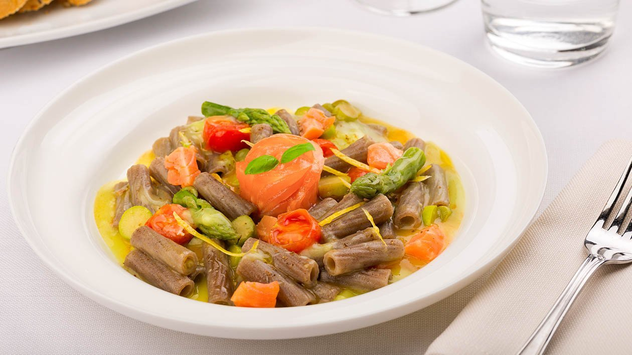 maccheroncino con crema di asparagi salmone arrostito e limone candito – Ricetta