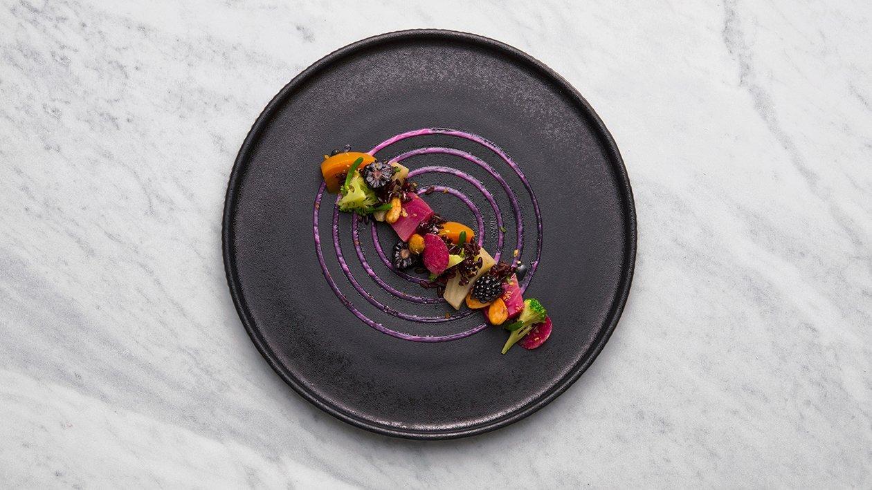 """""""medley"""" di rape arcobaleno con riso nero, broccoli, more, mandorle e zeste di limone – Ricetta"""