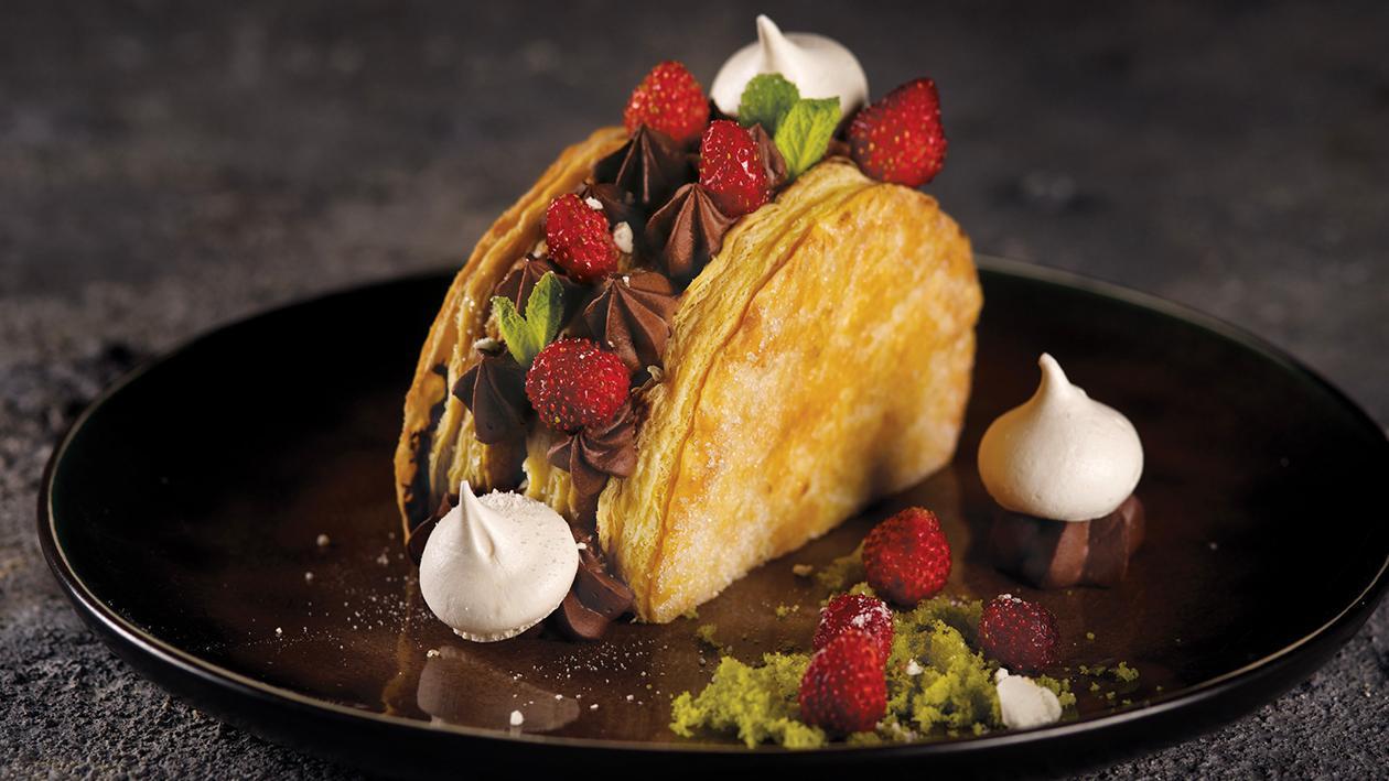 Mezzaluna dolce di mousse al cioccolato, fragoline e panna – Ricetta