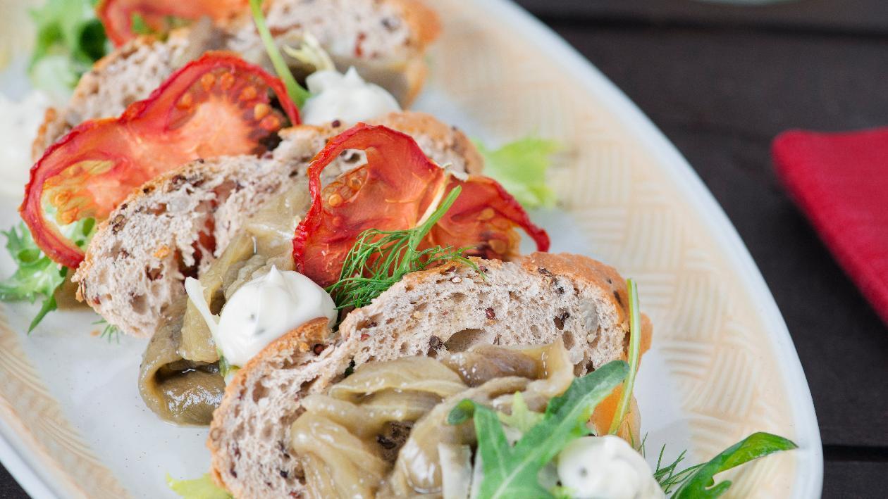 Millefoglie di pane ai semi essiccato con caviale di melanzane e maionese al basilico – Ricetta