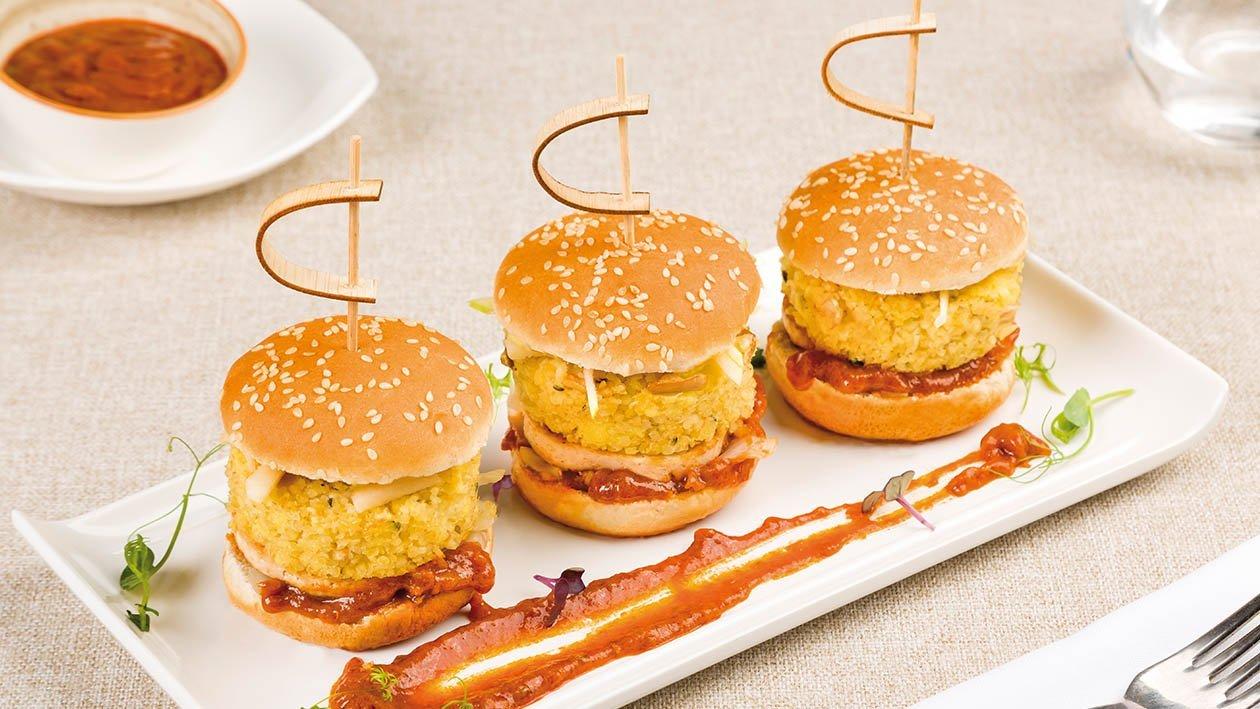 Mini burger vegano di bulgur, tofu, cavolo stufato, e salsa al peperone rosso e tabasco – Ricetta
