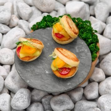 Mini milanesi, brioche dorata al vapore con crema di zucca, cetriolo marinato e senape – Ricetta