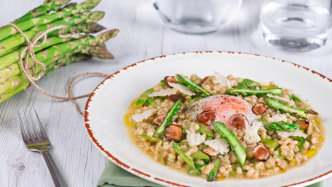 Orzotto agli asparagi con uovo cotto a bassa temperatura e lamelle di porcino secco – Ricetta