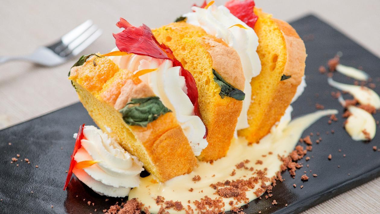 Pan di spagna alla curcuma e basilico, panna alla vaniglia e croccante ai frutti di bosco – Ricetta