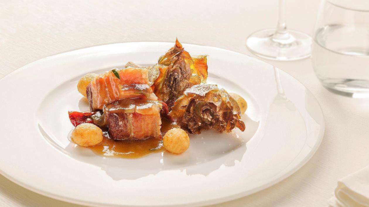 Pancetta di maiale stufato con cuore di carciofo alla giudia, patate novelle e pomodori secchi – Ricetta