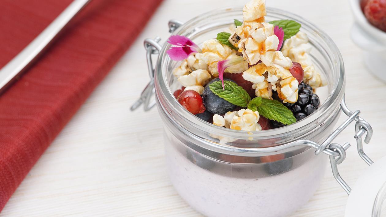 Panna cotta ai mirtilli con pop corn al caramello salato   – Ricetta