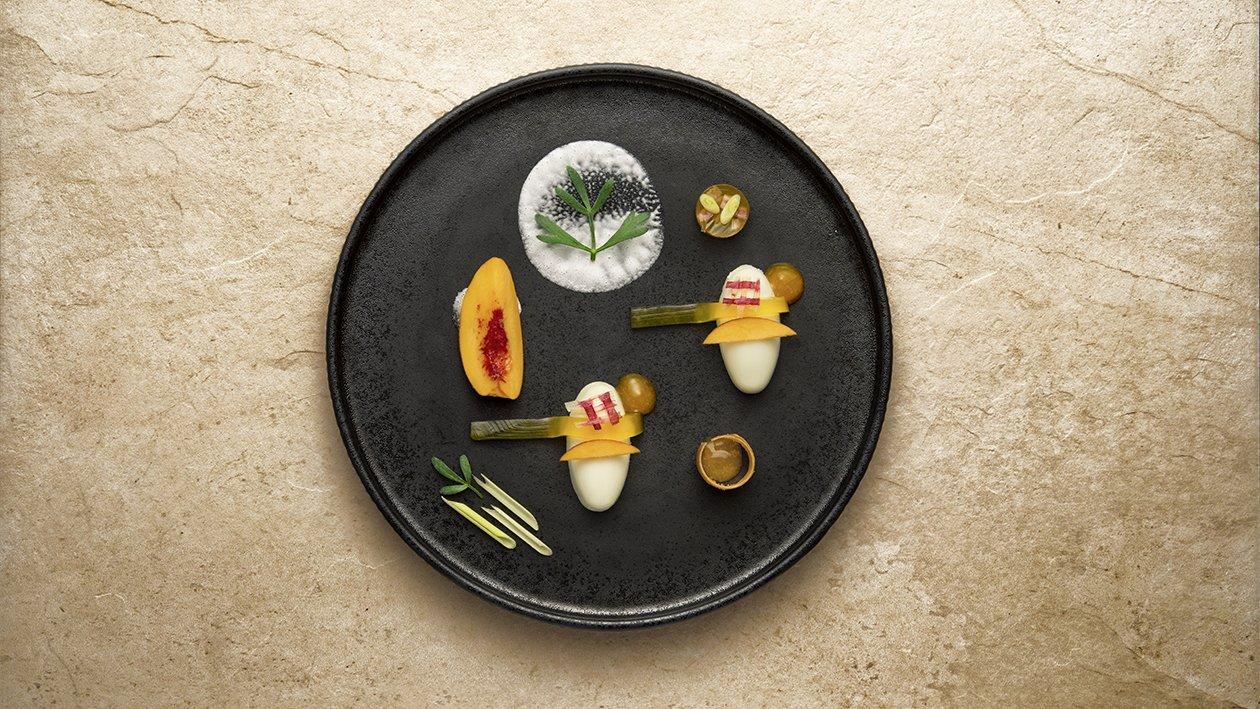 Panna cotta al lemongrass e yogurt con trasparenza di pesche al vino e rabarbaro – Ricetta